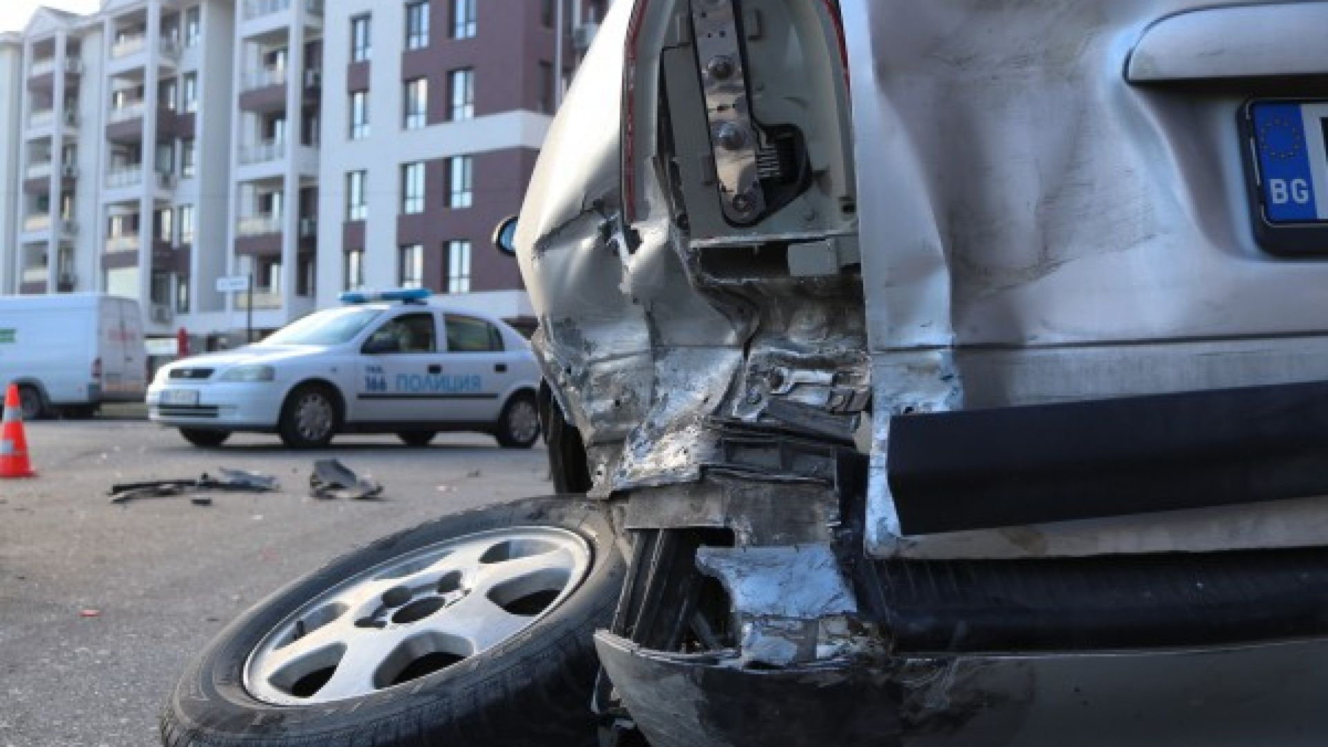 Купонджии с БМВ потрошиха 6 коли след гонка с полицията в Пловдив