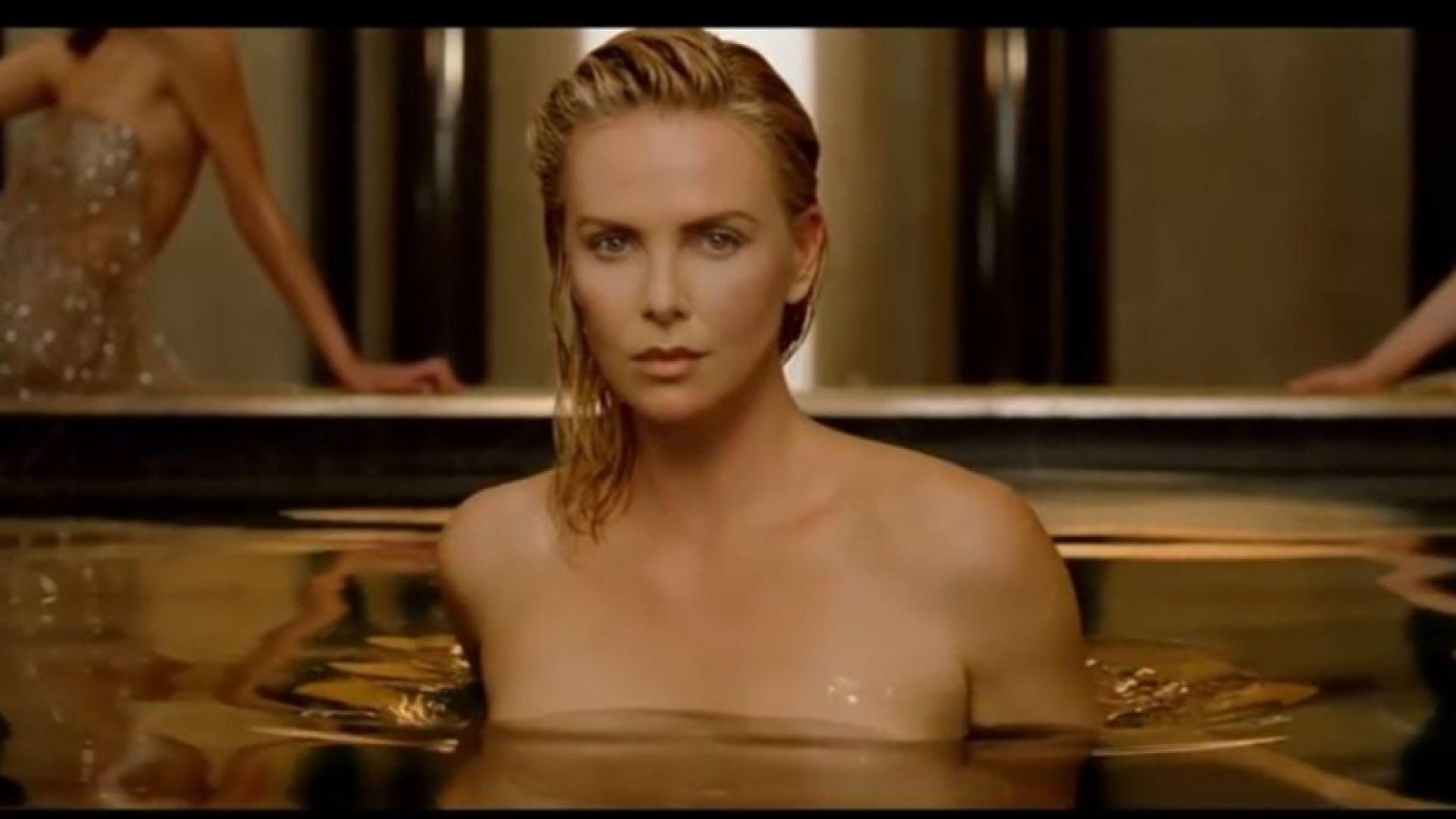 """Мистър Бийн """"засенчи"""" Чарлийз Терон в реклама на парфюм (видео)"""