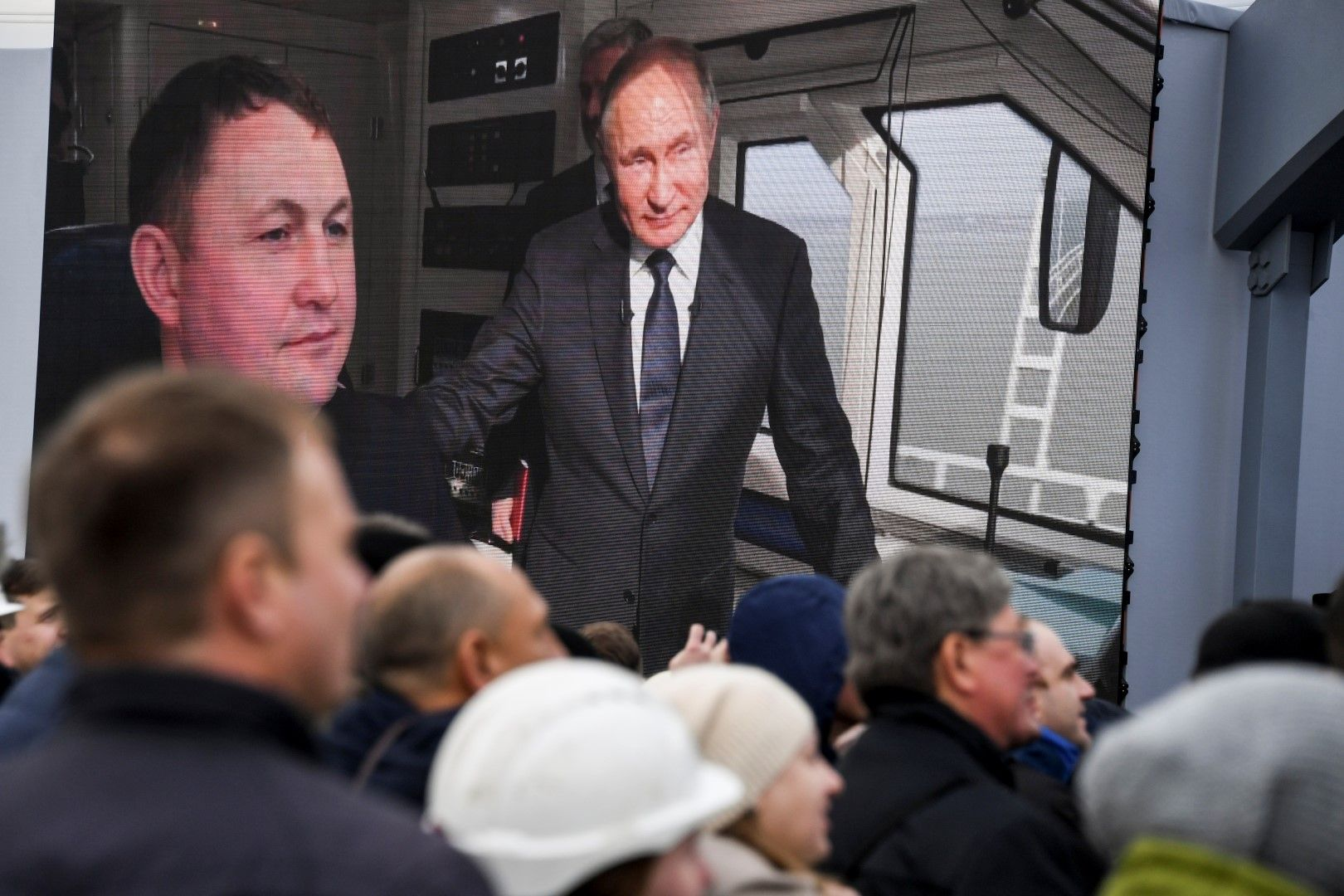 Снимка от ТВ екран на Владимир путин в първия влак по Кримския мост
