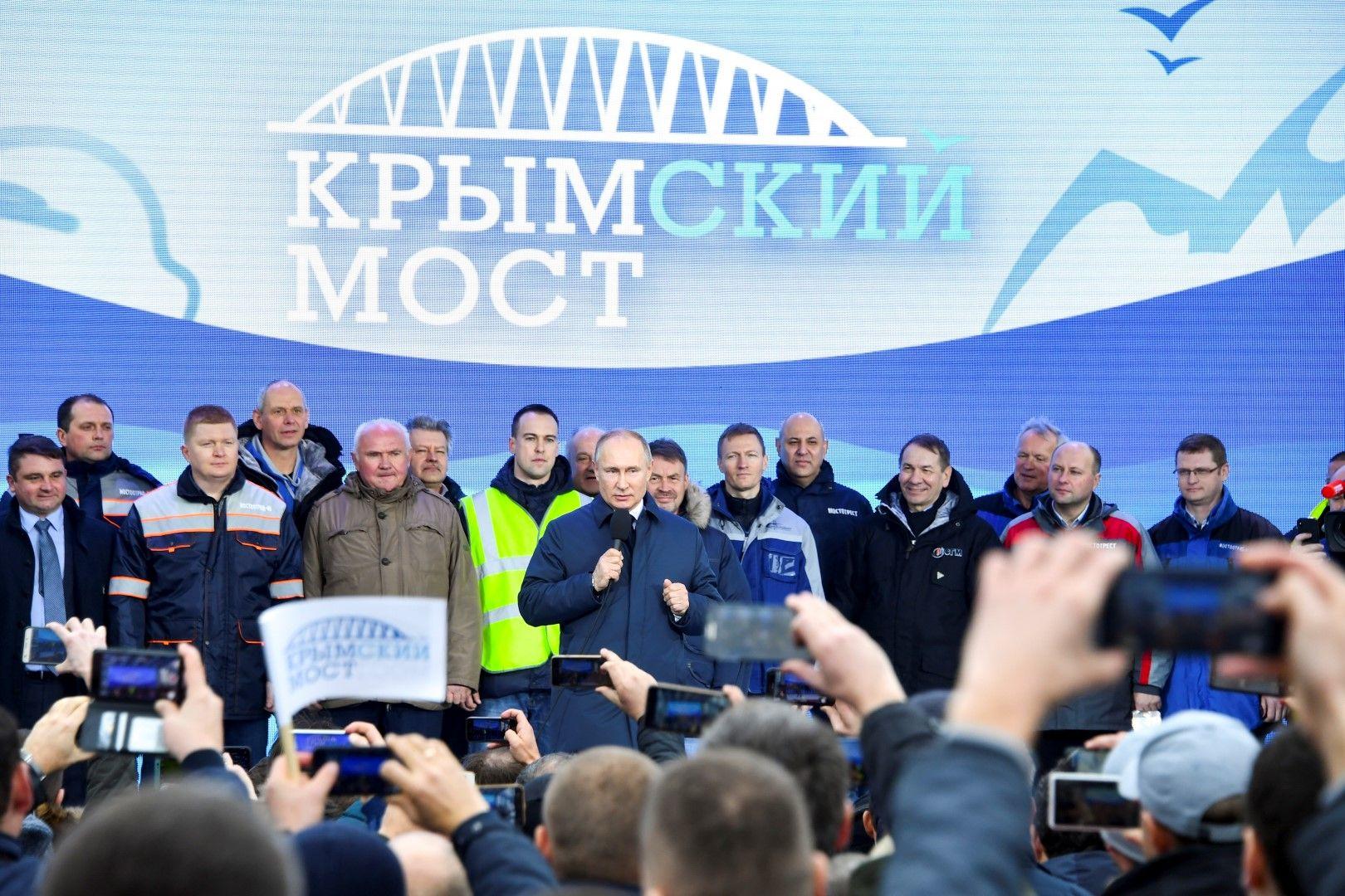 Владимир Путин по време на церемонията по откриването на жп линията по Кримския мост