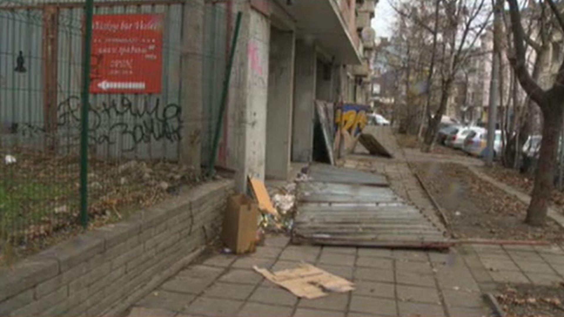 Ограда на строеж е паднала върху жена и 3-годишната ѝ дъщеря