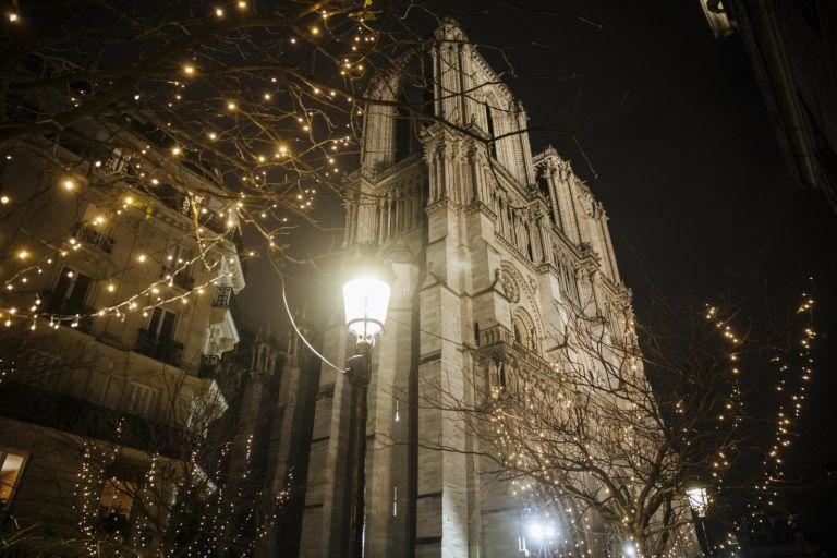 """Украса около катедралата """"Нотр Дам"""" в Париж, 23 декември 2019 г."""