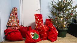 """Малчуганите от Център от семеен тип """"Вълшебство"""" получиха куп подаръци за Коледа"""