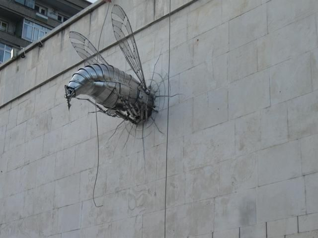 Хром-никеловата артинсталация е дело на габровския скулптор Георги Балабанов
