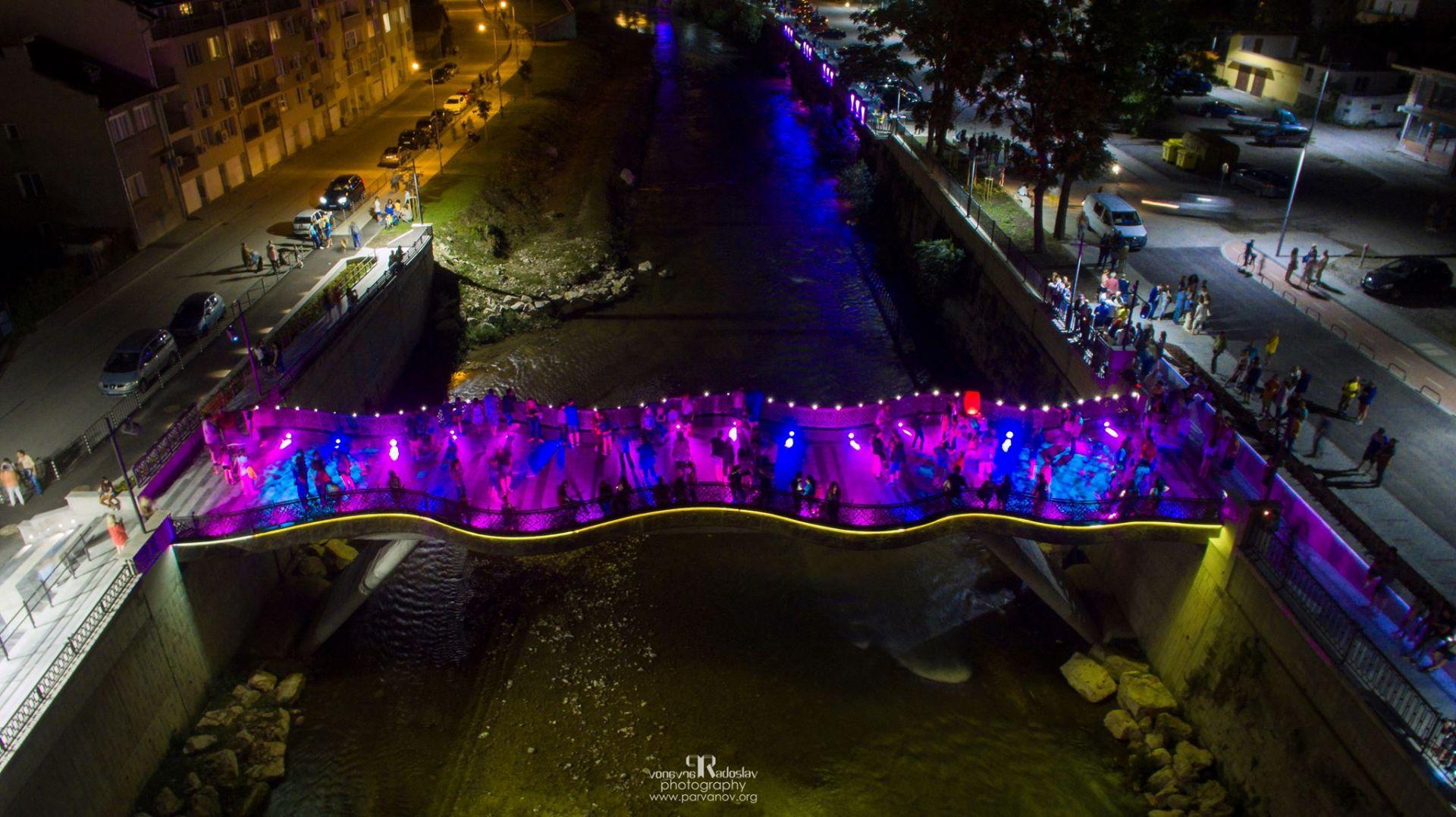 Новият мост над Янтра, който нощем е красиво оцветен в различни  цветове