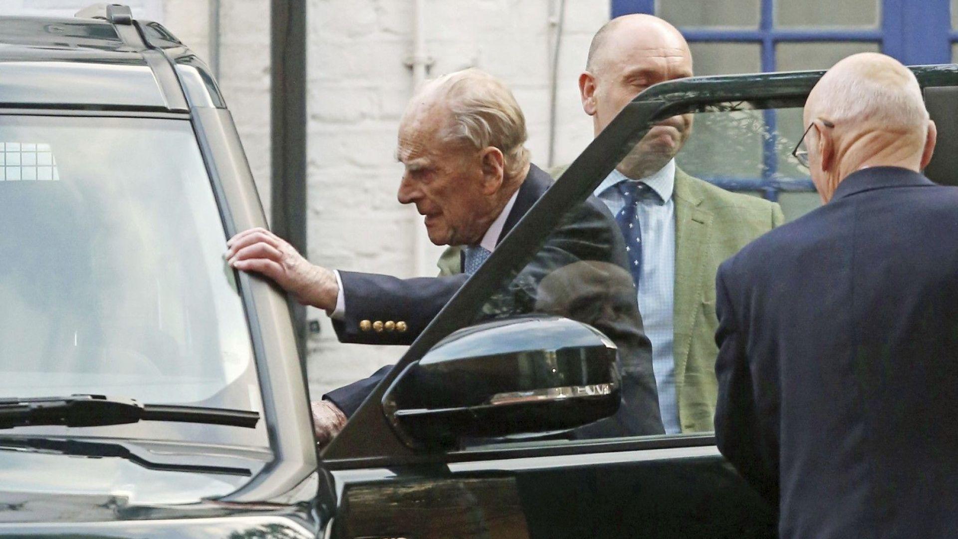 Британският принц Филип предаде на снаха си Камила патронажа на пехотния полк