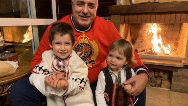 Бойко Борисов с празничен кадър с внучетата