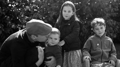 Катрин и Уилям поздравиха за Коледа с черно-бял кадър, дело на херцогинята