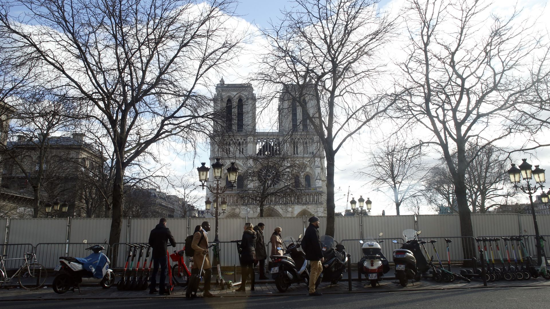 """Архиепископът на Париж отслужи коледна меса в циркова шатра вместо в """"Нотр Дам"""""""