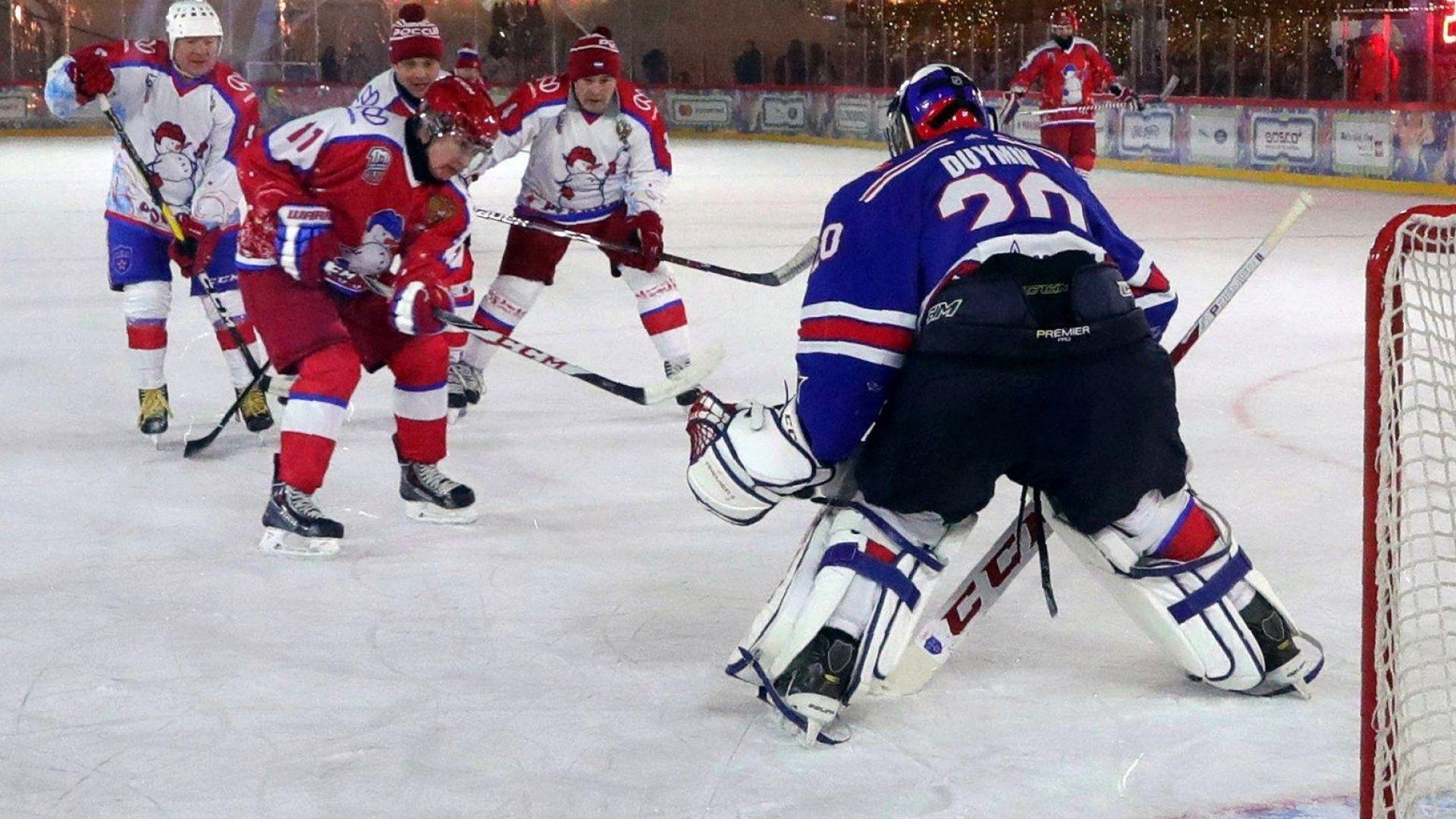 """Путин отново ниже шайби в традиционния хокеен мач на """"Червения площад (снимки)"""