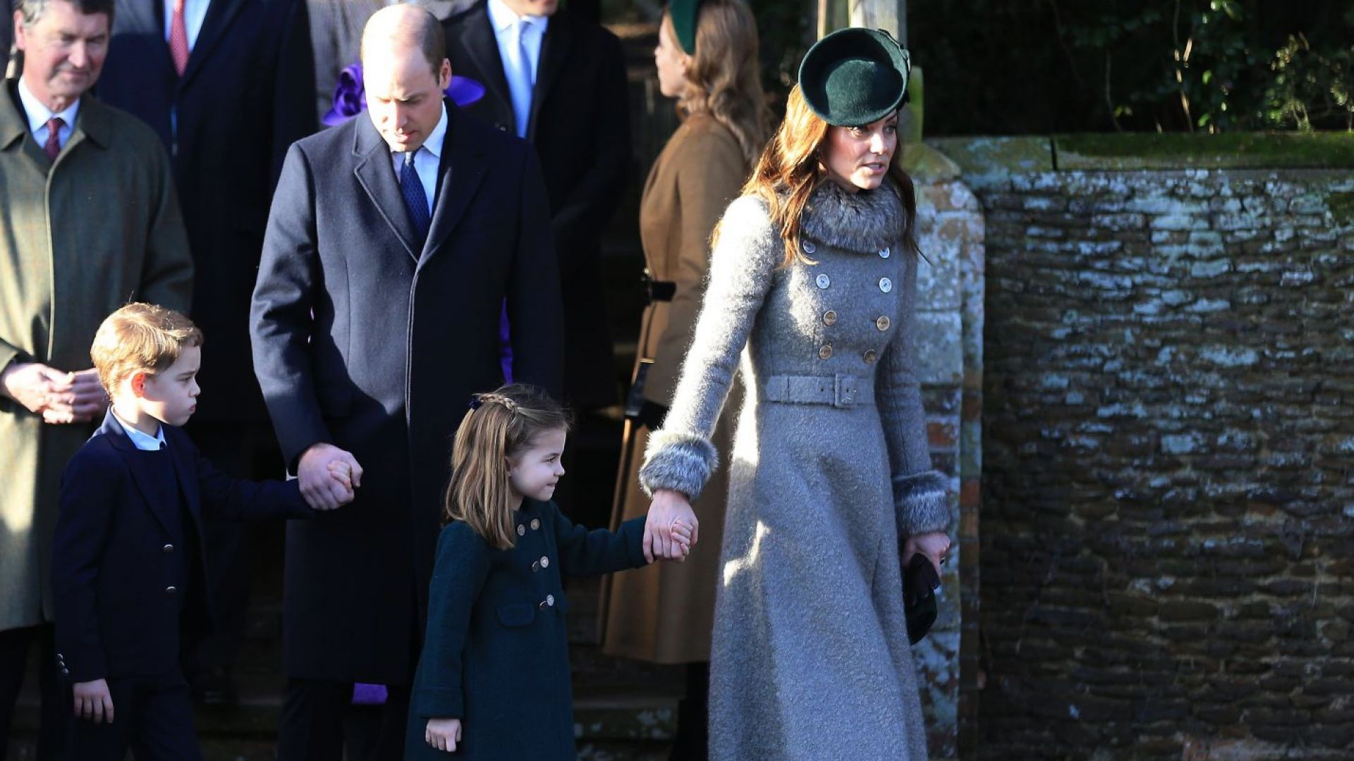 За първи път: Принц Джордж и принцеса Шарлот на празнична служба с родителите си
