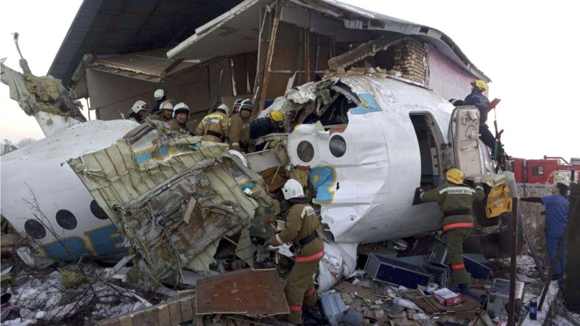 Самолет със 100 души на борда се разби при излитане в Казахстан (снимки+видео)