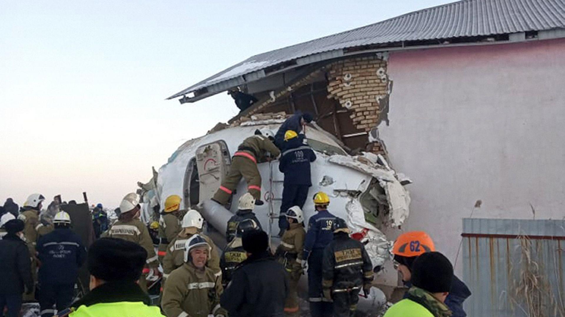 Казахтанската авиокомпания заяви, че турбуленция може да е причинила катастрофата с неин самолет