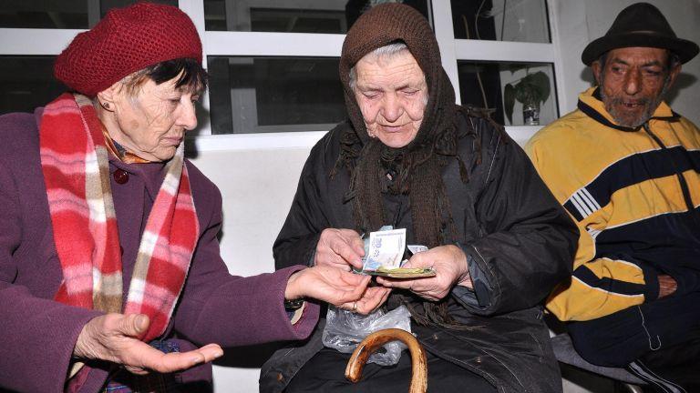Пенсиите ще се дават до обяд, на опашката - само с маска и ръкавици