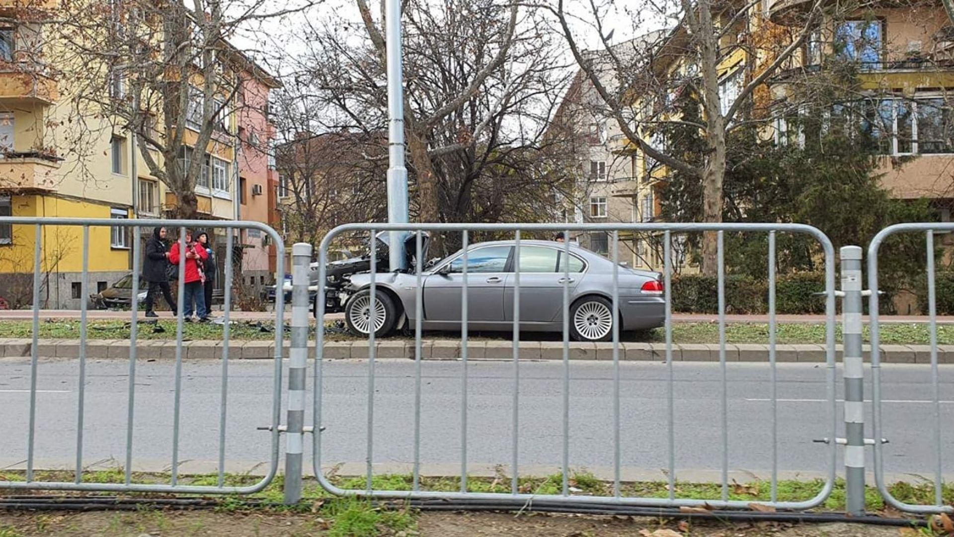 БМВ се разполови след удар в електрически стълб в Пловдив