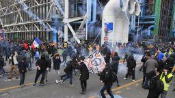 Бой между полиция и протестиращи в Париж