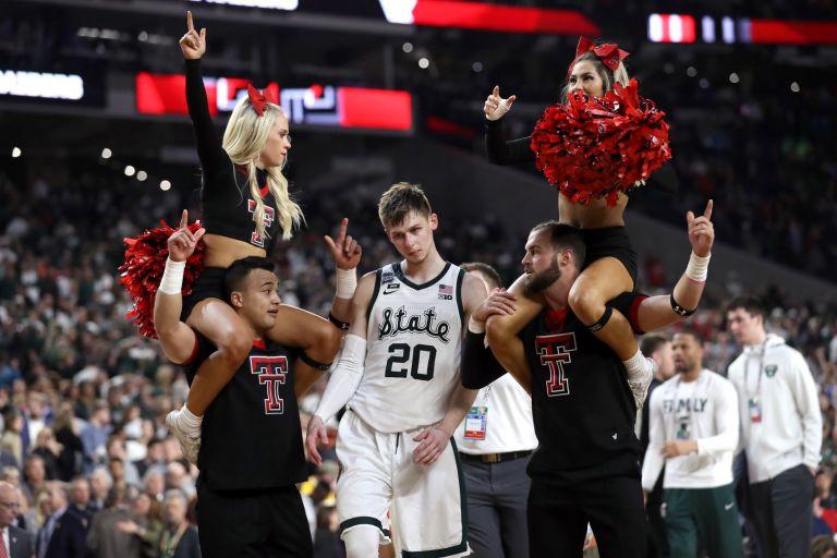 Ново ниво на дразнене на съперник (или тролене, казано на модерен жаргон). Играчите на Тексас Тех се подиграват лошо на Мак Макуад от Мичиган Стейт след победата над тима му в полуфиналите от колежанското първенство по баскетбол в Щатите (април).