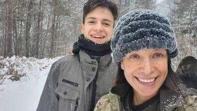 Яна Маринова със сина си на разходка в планината