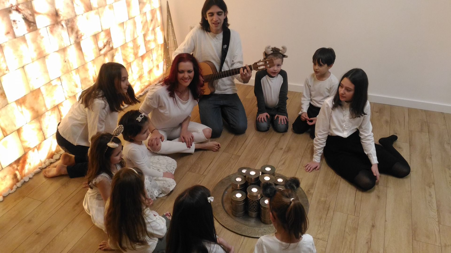"Светла Иванова, Константин Кучев и децата от вокалната й група ""Светлина"""