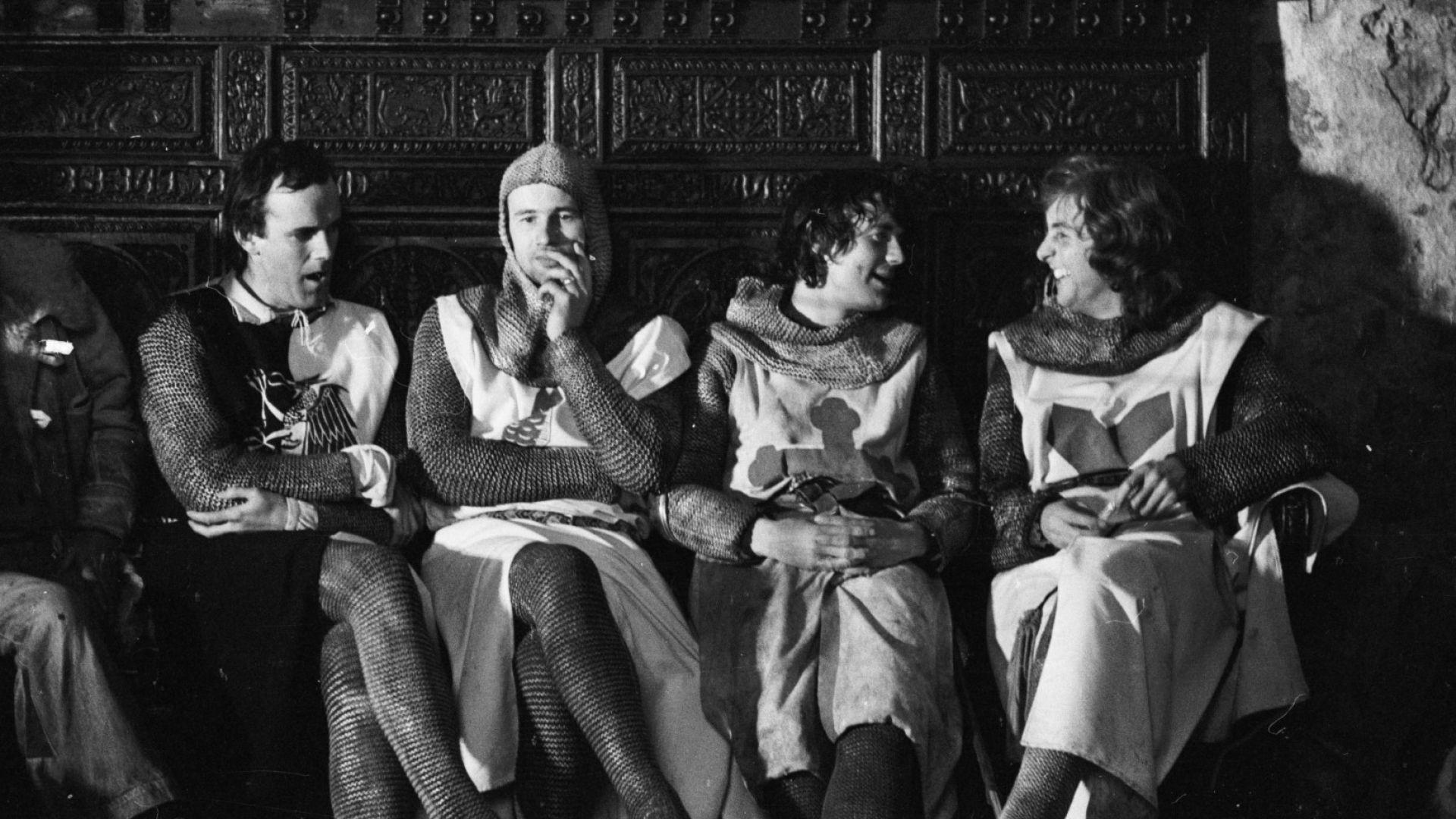 """Ерик Айдъл, Джон Клийз, Майкъл Палин и Нийл Инес по време на снимките """"Монти Пайтън и Свещеният Граал"""""""