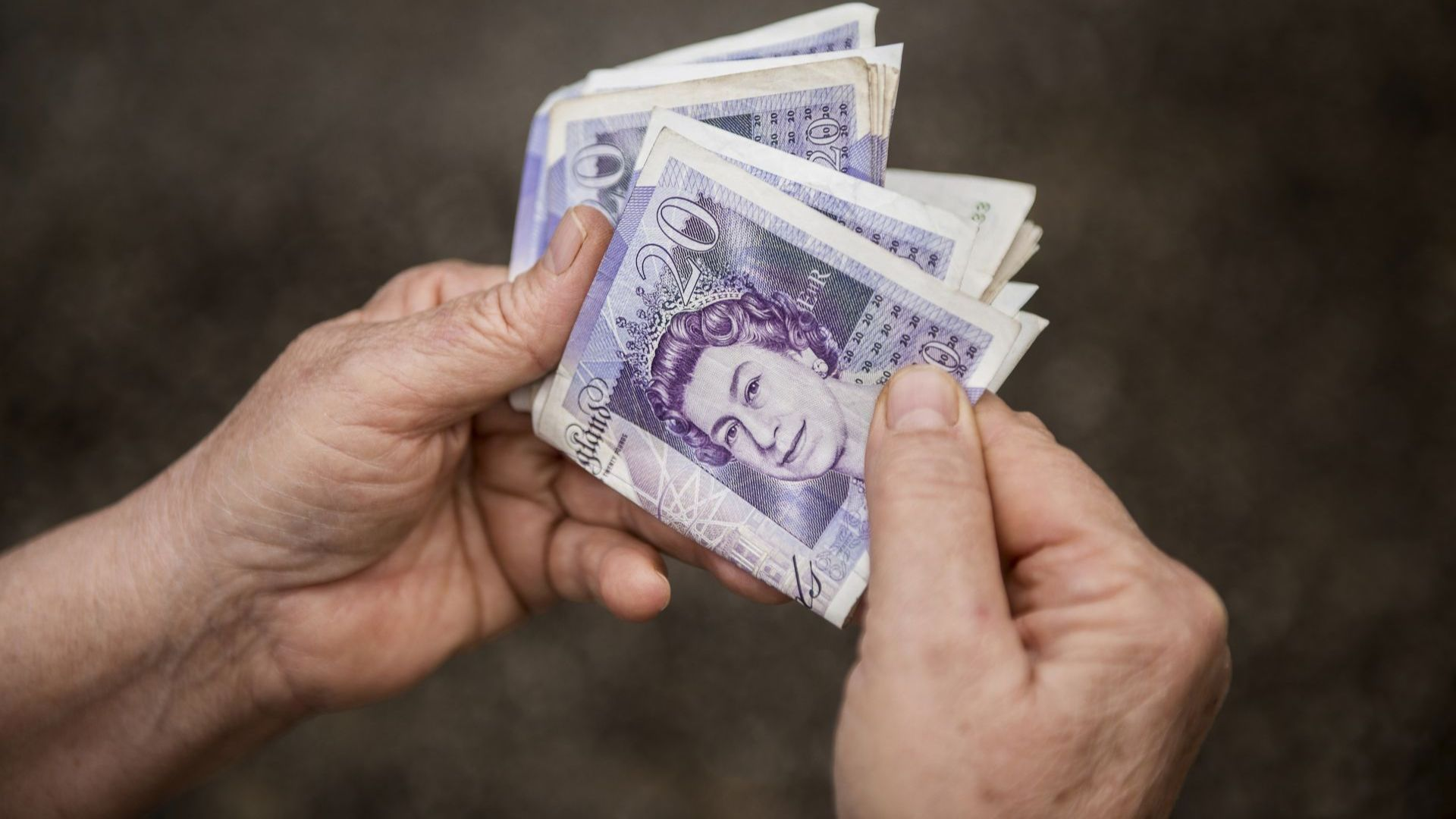 Великобритания вдига минималната заплата до £8,72 на час