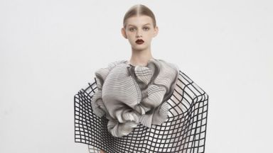 Дизайнерка създаде ексцентрична модна колекция с 3D печат