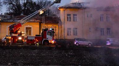 Първи снимки и видео от пожара: Покривът на психодиспансера пламнал за 3-4 секунди