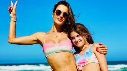 Алесандра Амброзио с дъщеря си на плаж в родна Бразилия