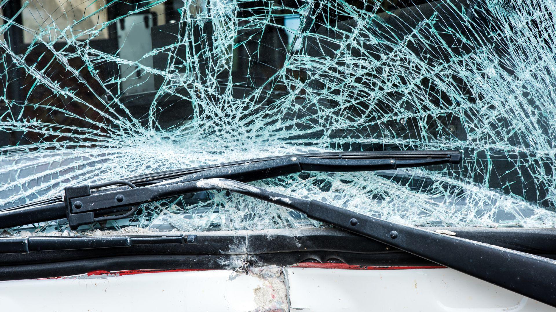 Млад шофьор уби мъж на пътя, скри трупа в храсти и избяга