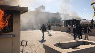 Протестиращи щурмуват посолството на САЩ в Ирак, евакуираха дипломатите
