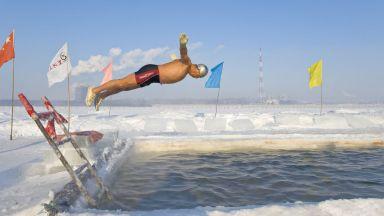 """Китайски """"моржове"""" посрещат Нова година във водата при минус 20"""