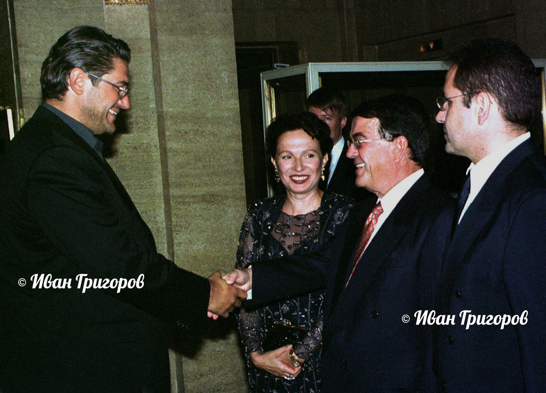 19 юли 2001 г. - Собствениците на Нова телевизия и bTV Минос Кириаку и Красимир Гергов (вляво) се здрависват пред погледа на Силва Зурлева