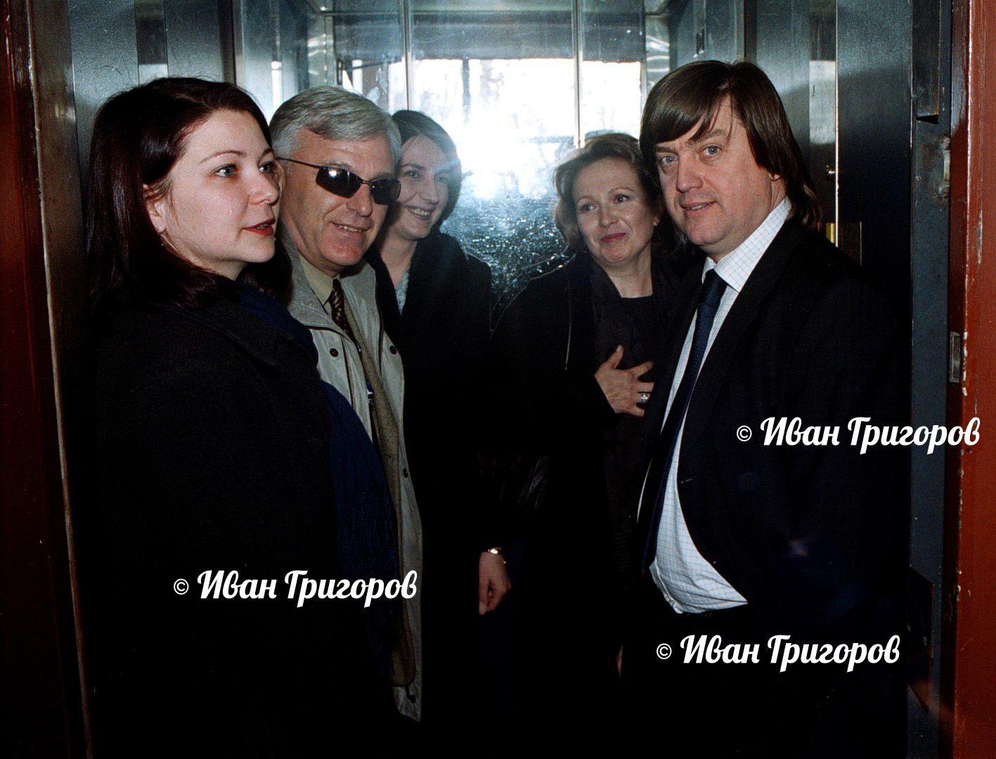 15 март 2004 г. - Силва Зурлева в асансьора на СЕМ с бившия изпълнителен директор на БНТ Кирил Гоцев (вдясно) и журналиста Иван Такев