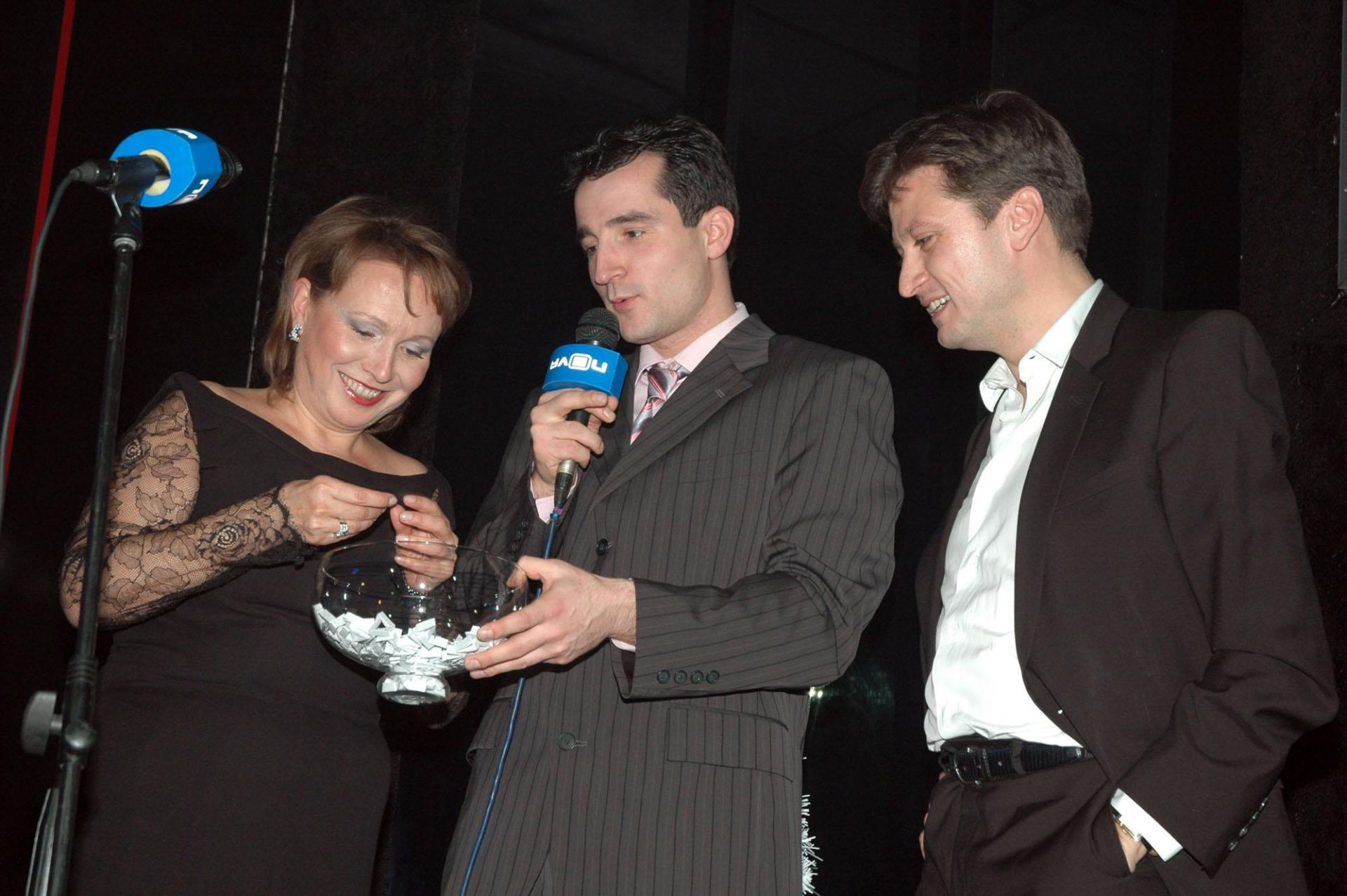 16 декември 2006 г. - Силва Зурлева тегли късмети на коледното парти на Нова телевизия с тогавашния изпълнителен директор Павел Станчев (вдясно)