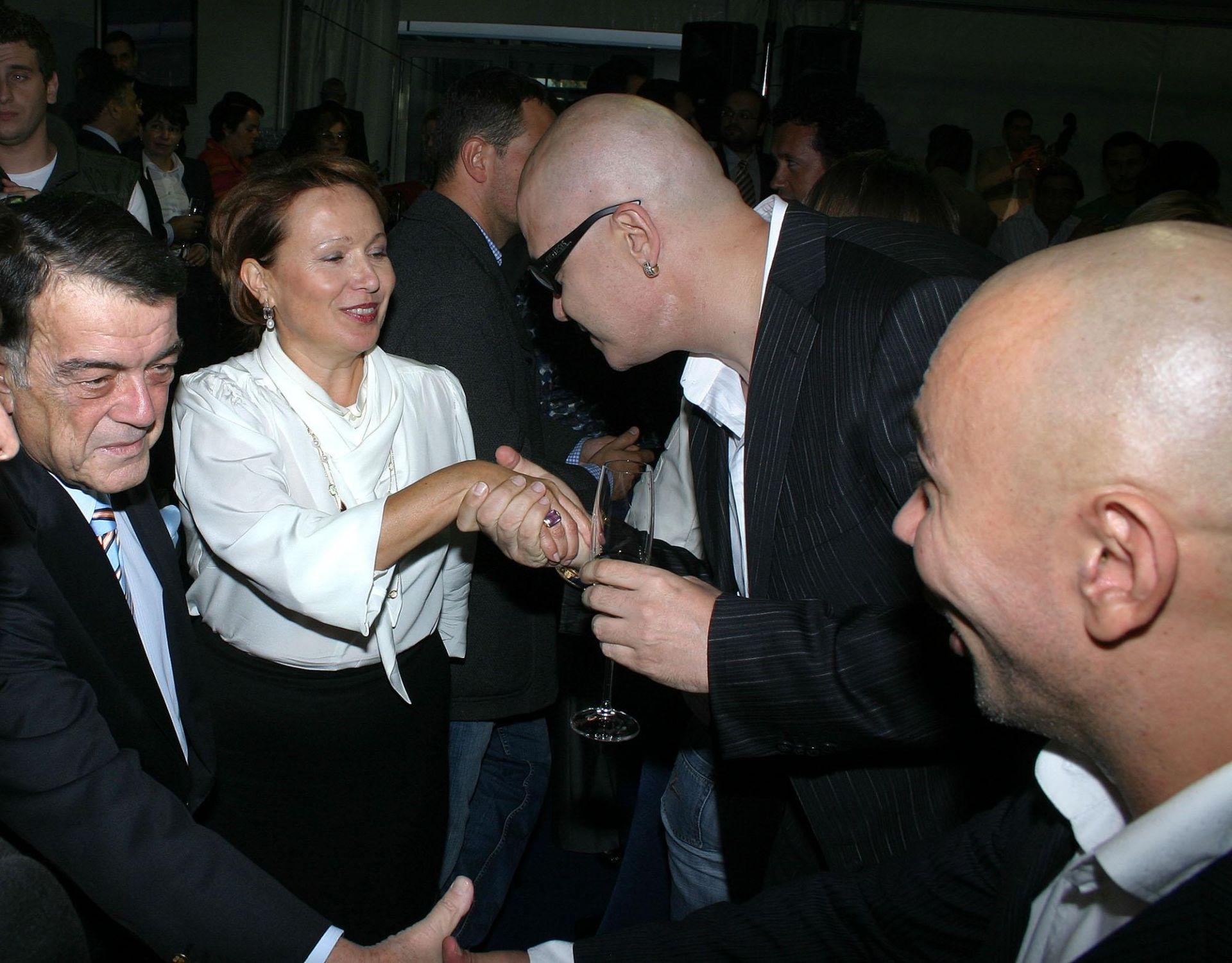 """3 октомври 2007 г. - Силва Зурлева и Минос Кириаку приемат поздравления от Слави Трифонов и Росен Петров при официалното откриване на новата сграда на Нова телевизия в столичния квартал """"Дружба""""."""