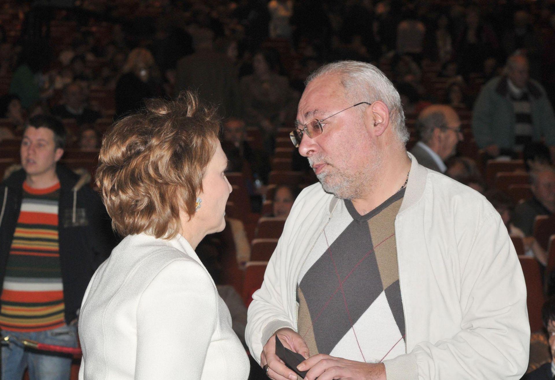 """12 декември 2009 г. - Силва Зурлева разговаря със собственика на """"Дарик"""" Радосвет Радев по време на юбилейния концерт на Стефан Димитров в зала 1 на НДК"""