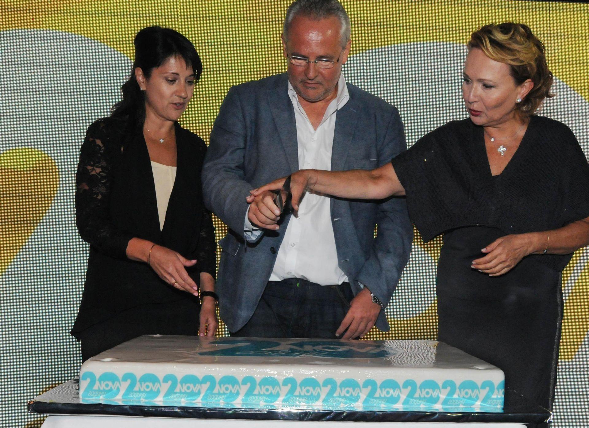 16 септември 2014 г. - Силва Зурлева разрязва тортата за 20-годишнината на Нова телевизия заедно с главния изпълнителен директор Дидие Щосел