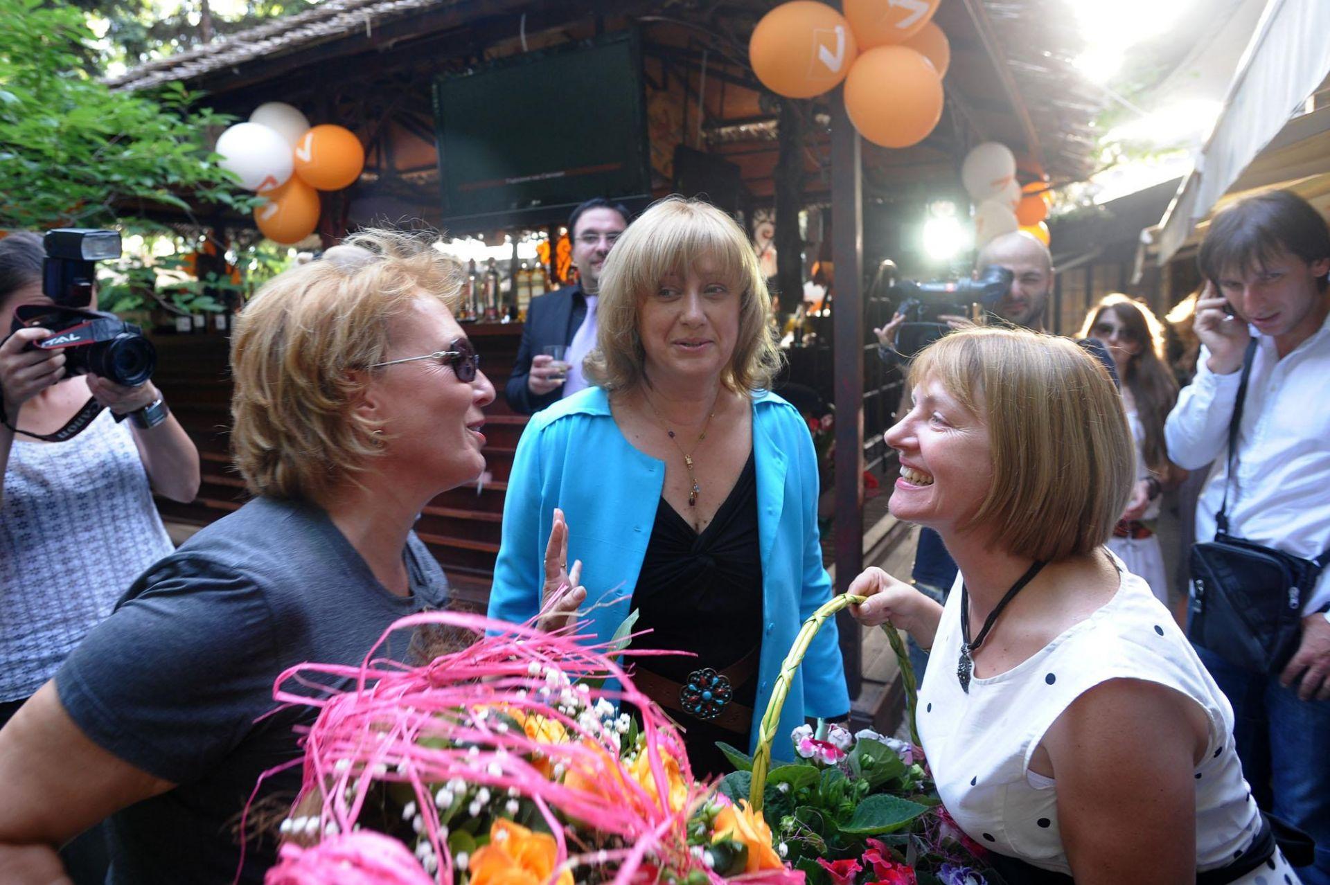 Силва Зурлева и Венелина Гочева поднасят цветя на Светлана Василева на медийно парти на TV7