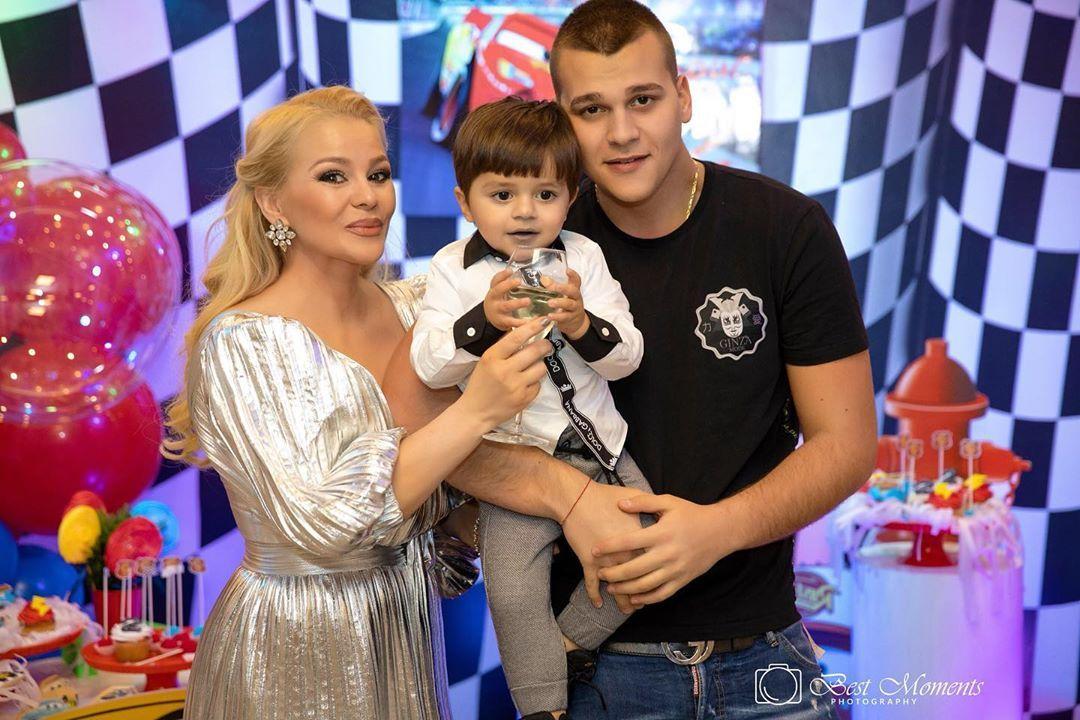 Деси Слава със синовете си Борис и Майки