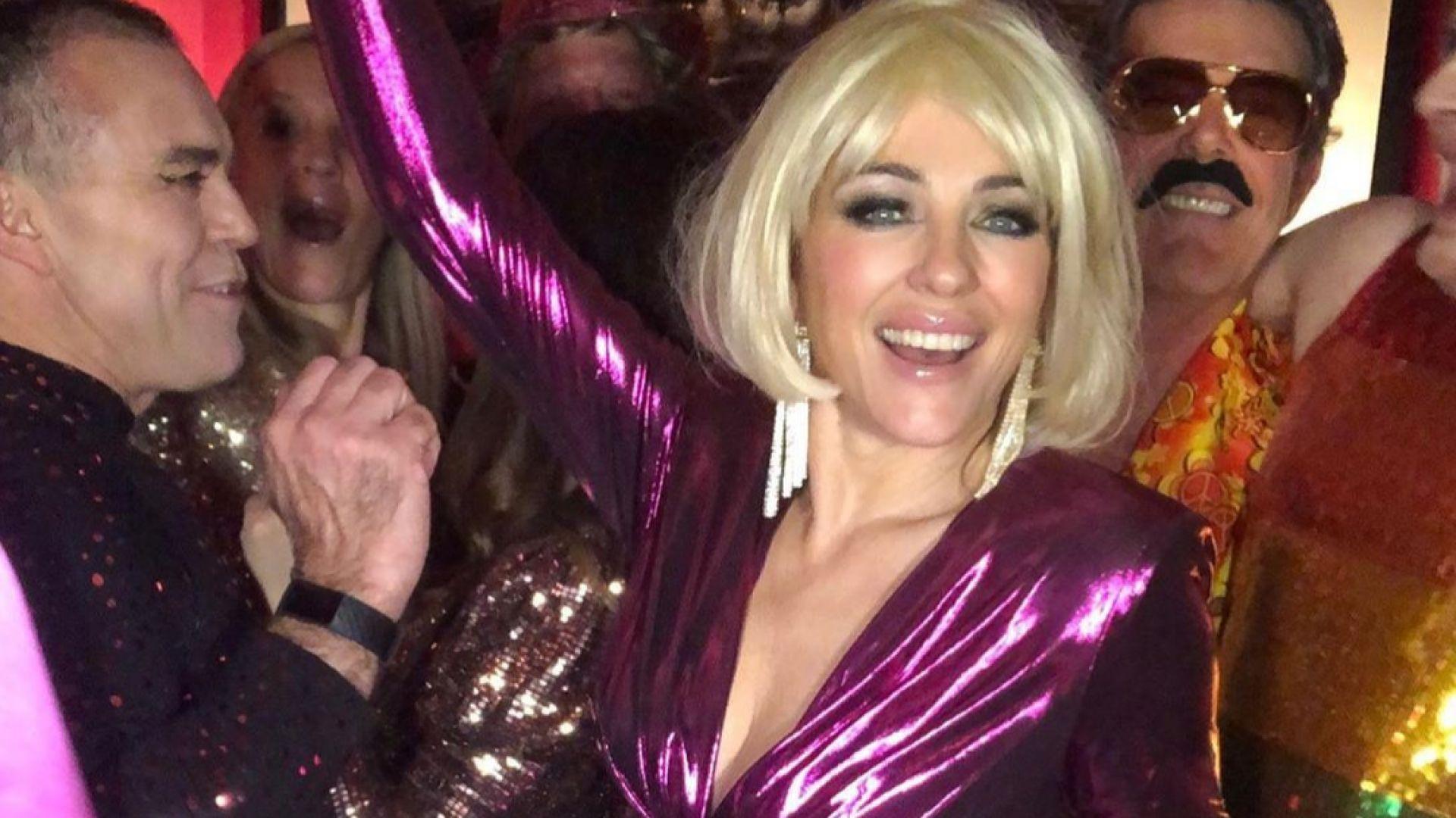 Елизабет Хърли безапелационно сексапилна с руса перука на парти