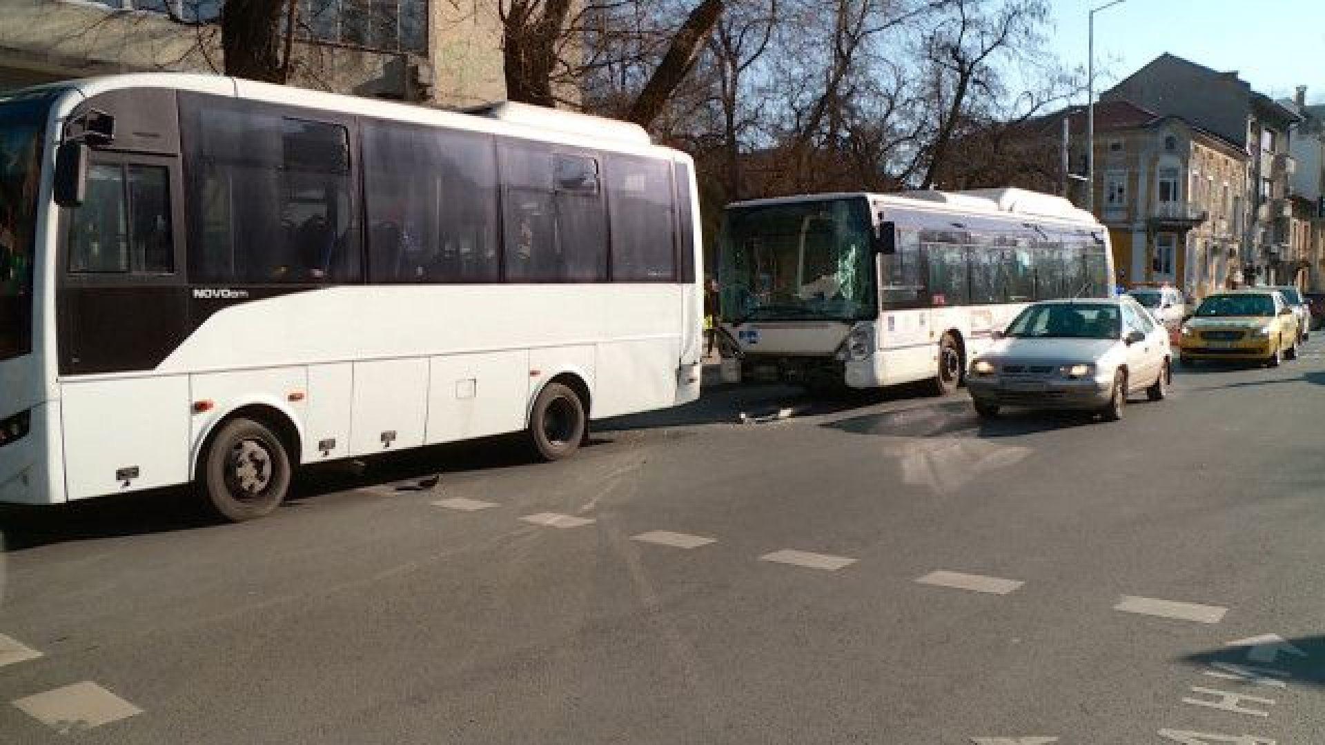 Две жени пострадаха след катастрофа на два градски автобуса