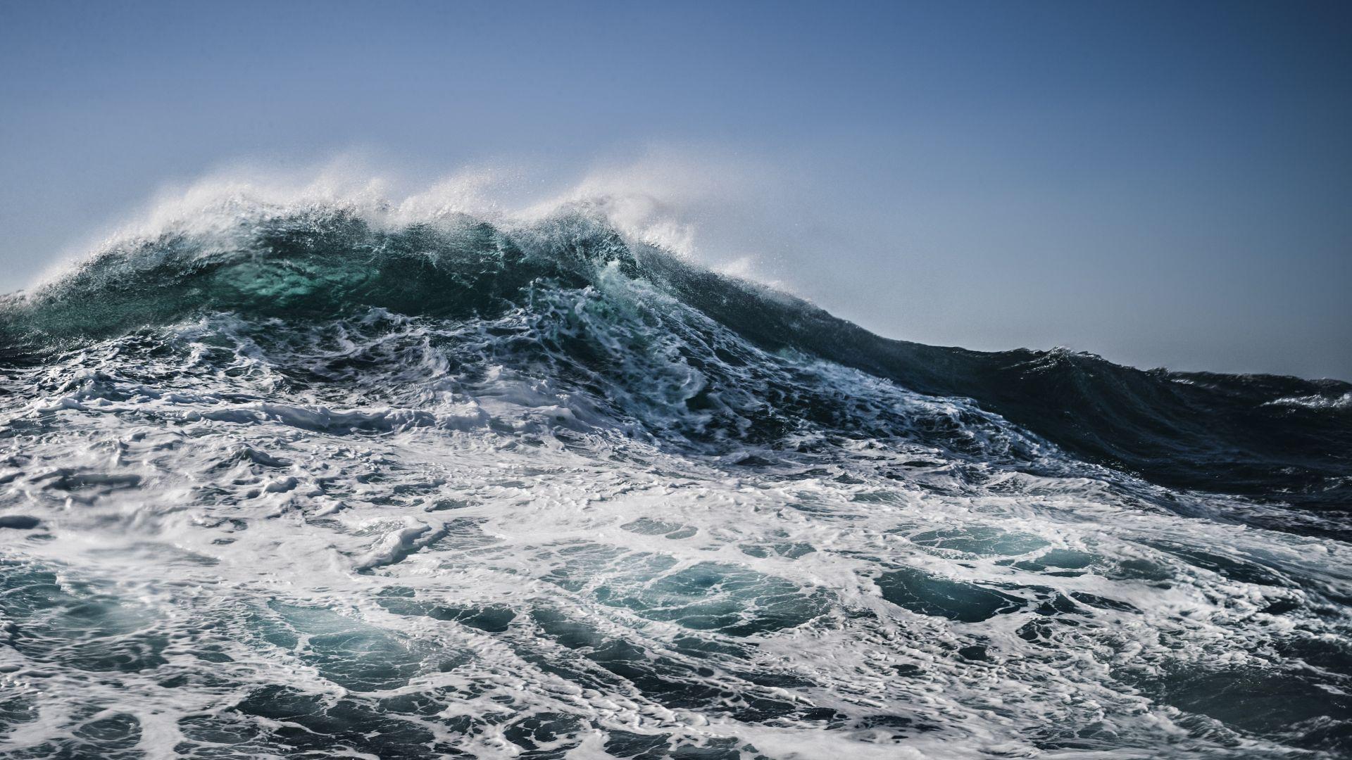 Огромните вълни, изхвърлили зад борда нашите моряци, забавяли кораба до човешки ход