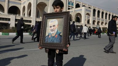 Призиви за сдържаност и демонстрации срещу САЩ след убийството на иранския генерал