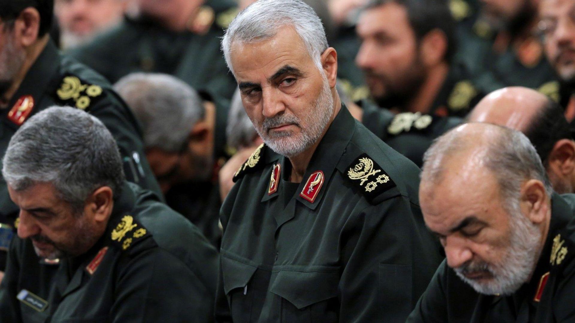 Иранският генерал Касем Сюлеймани е по средата