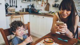 Какво причиняват родителите на децата си, прекарвайки много време на смарт устройствата си
