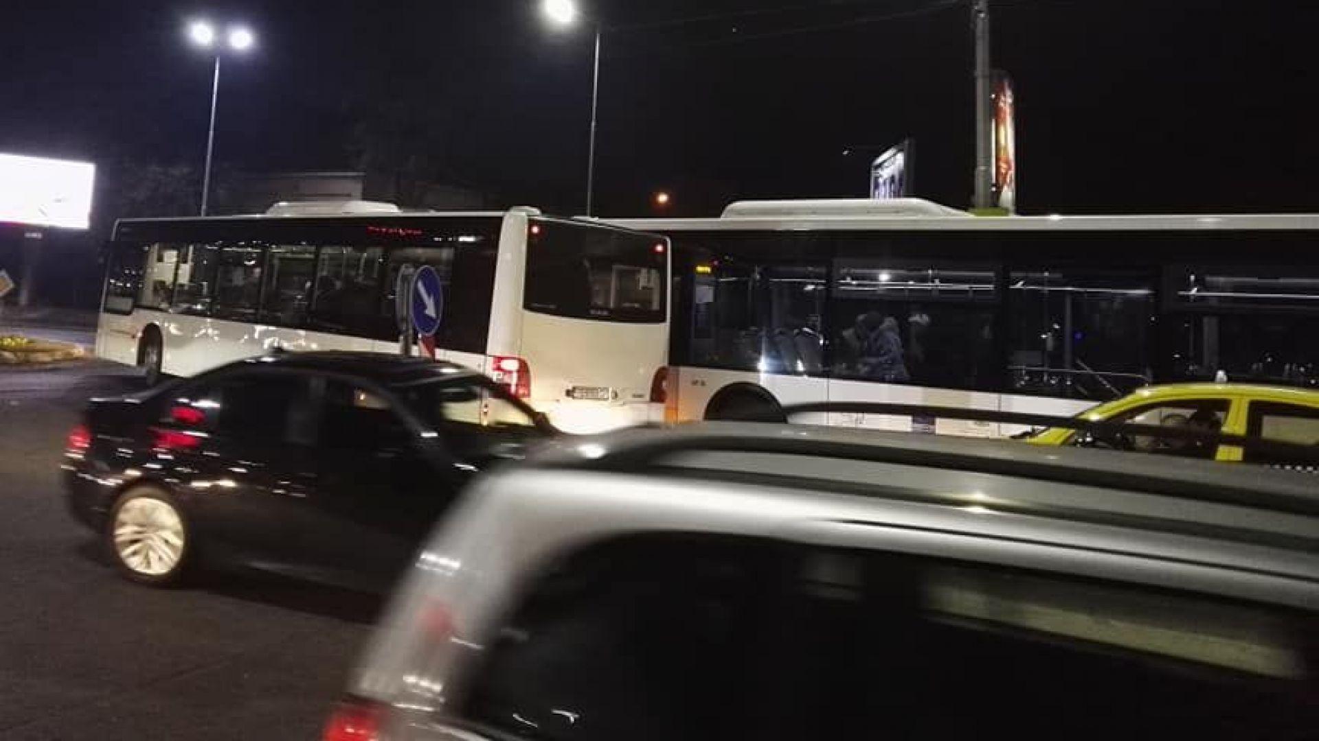 Два автобуса се удариха на Водната палата в Пловдив (снимки)