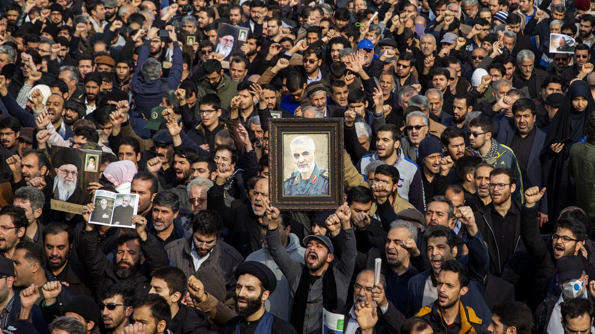 """Хиляди скандират """"Смърт за Америка"""" на погребението на Солеймани"""