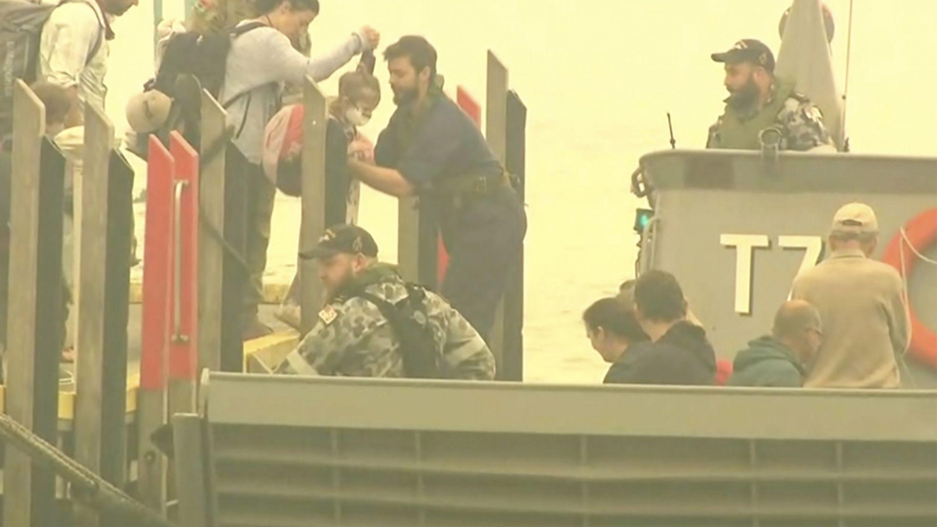 Евакуираха 1000 туристи в Австралия, попаднали в огнен капан (снимки)
