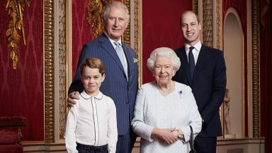 Портрет на кралицата и трима нейни наследници отбелзва началото на новото десетилетие