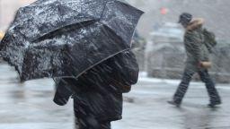 Зимата се връща: Сняг и автоколони към София